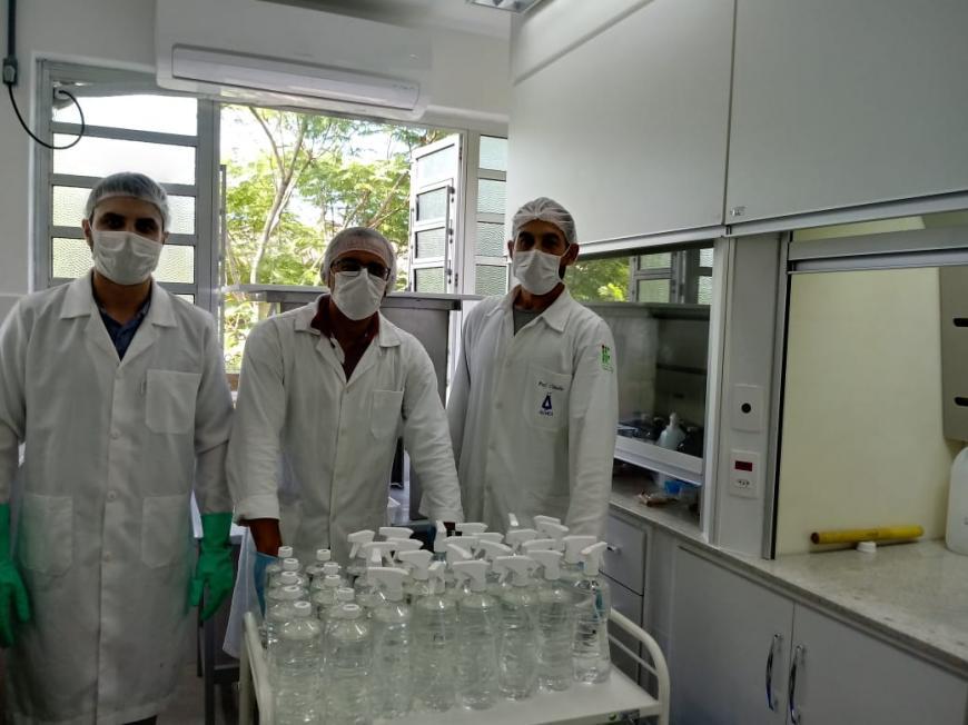 HUSFP recebe doação de 300 litros de álcool produzidos pelo curso de química do IFSul
