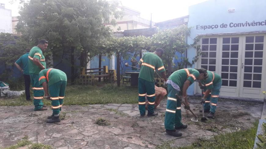 Ecosul realiza limpeza e manutenção nos jardins da Casa da Gestante
