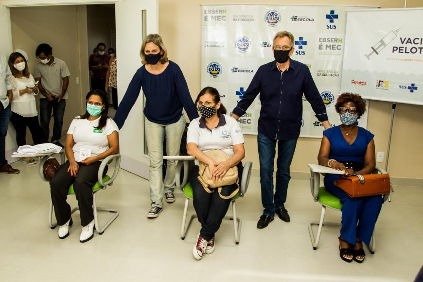 Iara Gomes é a primeira profissional do HUSFP vacinada contra Covid-19