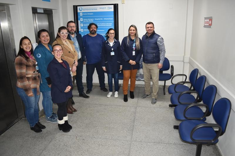 Grupo de Humanização adquire cadeiras para espera dos familiares em frente ao CTI
