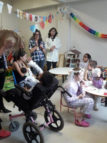 Estagiárias da Psicologia  e colaboradores do setor fazem ação na Pediatria
