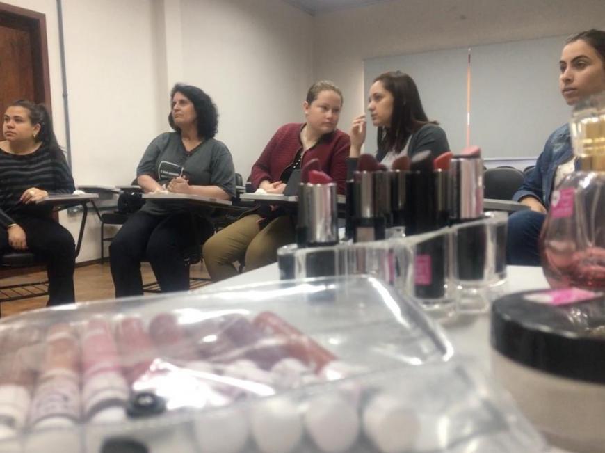 Núcleo de Acolhimento promove consultoria de imagem e automaquiagem para as recepcionistas