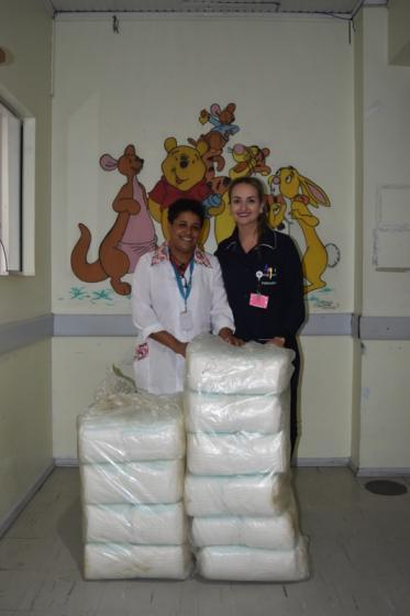 Rádio Pelotense repassa doação de 500 fraldas à Pediatria do HU